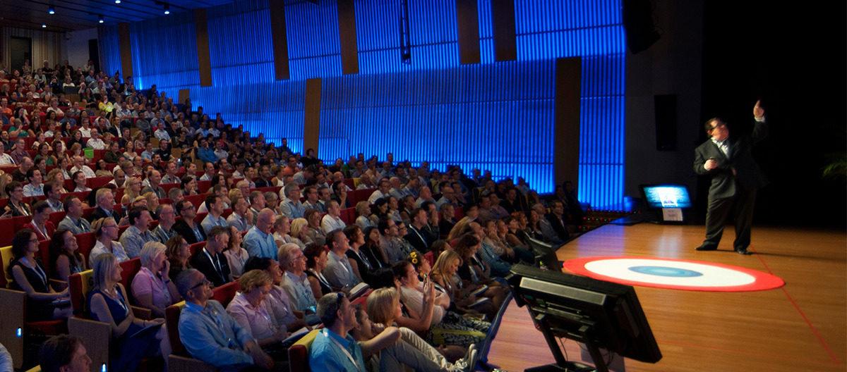 Ponente hablando a los asistentes de un evento